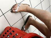 Candid Feet Milf al supermercato