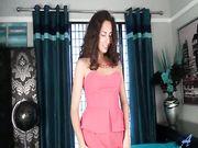 Isabella si masturba la fica pelosa in lingerie nera
