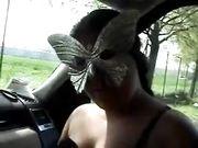 Paolo si diverte in macchina con un'amica zoccola