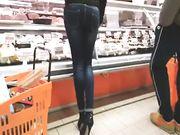 Bella mamma culona e tacchi alti al supermercato