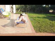 Moglie spiata in giardino prende il sole nuda