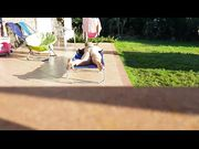 Moglie nuda spiata in giardino