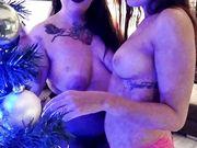 Italiane fanno l'albero di Natale e poi nude sulla neve