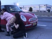 Trio in pubblico a Bologna sul lato della strada