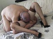 Vecchio lecca la fica a mia moglie e le spacca il culo