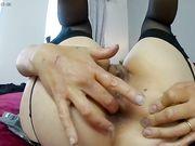 Calda italiana si masturba sul letto