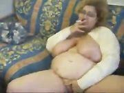 Vacca matura fuma e si masturba