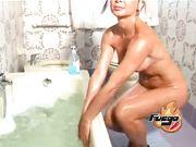 Nikol Brown eccitata nella vasca da bagno