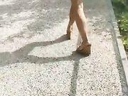 Ragazza italiana le esce in strada