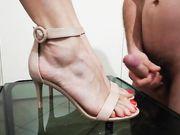 Mistress mi fa eiaculare sui suoi piedini