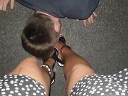 Si fa leccare i piedi in auto da amico