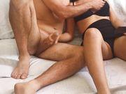 Io e la mia fidanzata ci masturbiamo guardando un porno