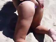 Esibizionismo Miss Mina in spiaggia con plug anale