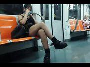 Fica in minigonna in metropolitana