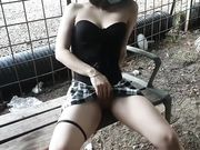 Ragazza italiana si masturba in pubblico al parco