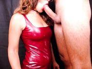 Rossa con vestito in latex spompina fidanzato
