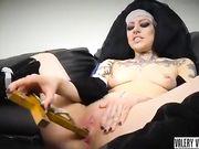 Italiana blasfema si masturba il culo col crocifisso