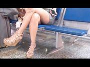 Bella cosciona in aeroporto