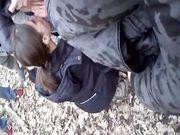 Studentessa spompina nel parco un gruppo di amici