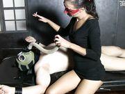 Schiavo con maschera sottomesso dalla mistress