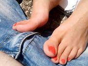 Provocandolo all'aperto coi miei piedini