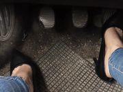 Cambio le nike e indosso tacchi alti in auto
