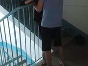 Lecco la fica alla vicina di casa sulle scale di casa