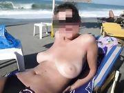Moglie tettona in topless in spiaggia