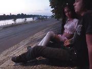 Teen italiana sega il fidanzato in pubblico