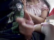Sega il fidanzato al McDonald's sotto il tavolo