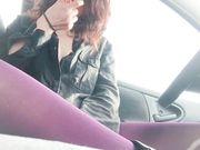 Si tocca la fica in auto e fuma con le tette di fuori