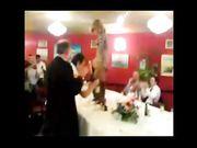 Strip durante una cena di una moglie ubriaca