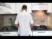 Fidanzata bendata e scopata in cucina